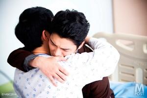 そして意識を取り戻した兄と感動の再会!熱いハグ&号泣!