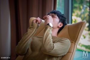 催眠療法で過去の記憶を思い出し涙が頬を伝う。
